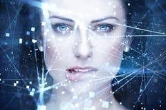 La inteligencia artificial de la mujer atractiva con las conexiones muerde los labios Fotos de archivo