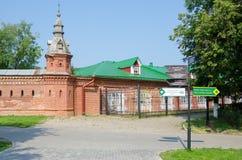 La intersección con el indicador en la pared roja que extiende de al por menor tienda alrededor Pafnutevskom Foto de archivo