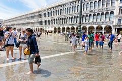 La inundación de la Plaza de San Marcos y de los turistas el 16 de junio de 2014 yo Imagen de archivo