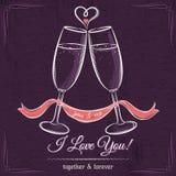 La invitación de boda púrpura con dos vidrios de vino y los deseos mandan un SMS Imagen de archivo libre de regalías