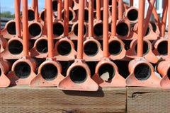 La irrigación instala tubos, rojo, apilado en uno a para el almacenamiento Imagen de archivo