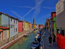 La isla Burano Italia del 26 de junio de 2012 /Tourist y de un wa local foto de archivo