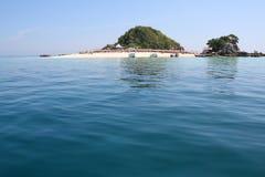La isla con el mar azul alrededor Foto de archivo