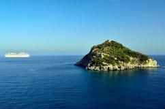 La isla de Bergeggi y de la costa C del barco de cruceros Fotos de archivo libres de regalías