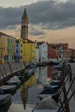La isla de Burano Venecia, la iglesia de San Martín, septiembre de 2016 Fotos de archivo libres de regalías