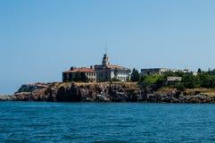 La isla de St Cyril cerca de Sozopol y de la base militar abandonada foto de archivo