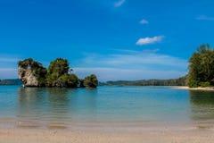 La isla del acantilado de la roca de la piedra caliza en la bahía de Krabi, la bahía del Ao Nang, Railei y Tonsai varan Tailandia imagen de archivo