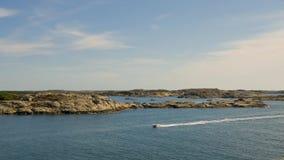 La isla del archipiélago de Vargö Goteburgo, un barco pasa rápidamente almacen de metraje de vídeo