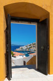 La isla del Hydra, Grecia, a través de una puerta abierta Fotos de archivo