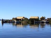La isla flotante de Uros con los barcos Foto de archivo libre de regalías