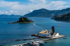 La isla hermosa del pontikonisi, Corfú, Grecia Foto de archivo
