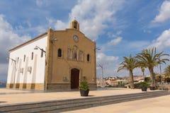 La Isla Plana Murcia Spain Hermitage de nossa senhora da igreja de Carmen na vila litoral foto de stock