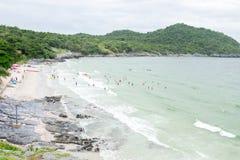 La isla, playa y el mar en los días nublados Foto de archivo