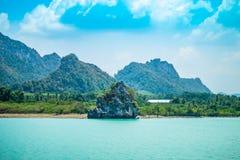 La isla y las montañas de la costa fotografía de archivo