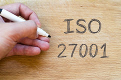 La ISO 27001 manda un SMS a concepto fotografía de archivo libre de regalías