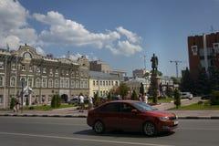 La izquierda es el edificio histórico ayuntamiento de Saratov A la derecha está un monumento a Peter Stolypin foto de archivo