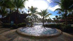 La Jacuzzi all'aperto e lo stagno della vasca calda nell'hotel di Punta Cana ricorrono la candela della priorità bassa fiorisce i archivi video