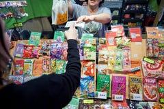 La jalea de compra de la gente y el otro dulce japonés Fotos de archivo libres de regalías