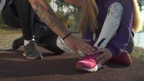 La jambe blessée femelle pulsant en parc banque de vidéos