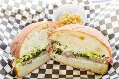 La jambe de l'agneau rôtie avec du fromage et a grillé les oignons de ressort, Salsa vert d'ail dans le pantofolina Image libre de droits