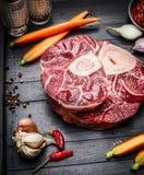 La jambe de veau découpe la viande et des ingrédients en tranches pour la cuisson d'Osso Buco Photos stock