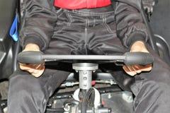 La jambe pilote du ` s dans karting avant le début photographie stock libre de droits