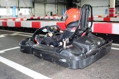 La jambe pilote du ` s dans karting avant le début photos stock