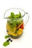 La jarra de agua infundió con la fruta y la menta Foto de archivo libre de regalías