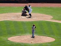La jarra de Giants lanza la bola hacia homeplate Foto de archivo libre de regalías