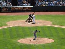 La jarra de Giants lanza la bola hacia homeplate Imagen de archivo libre de regalías