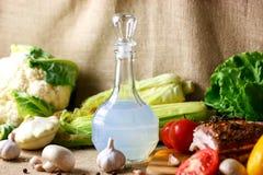 La jarra de vodka y de las verduras conservadas en vinagre Salo sigue siendo una vida hermosa Fotografía de archivo