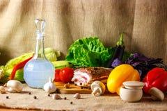 La jarra de vodka y de las verduras conservadas en vinagre Salo sigue siendo una vida hermosa Imagen de archivo libre de regalías