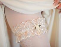 La jarretière de la jeune mariée Photo stock