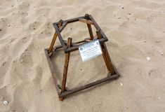 La jaula de la protección cubre los huevos de la tortuga de mar del necio en una playa de la jerarquización de la tortuga Foto de archivo libre de regalías