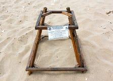 La jaula de la protección cubre los huevos de la tortuga de mar del necio en una playa de la jerarquización de la tortuga Imagen de archivo libre de regalías