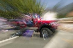 La jeep décorée de fête fait sa rue principale de manière vers le bas pendant un quatrième de défilé de juillet dans Ojai, CA Photos libres de droits