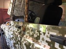 La jeep d'un agriculteur dans un garage jeté images stock