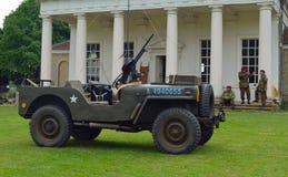 : La jeep de la guerre mondiale 2 a monté des hommes de mitrailleuse dans des uniformes ww2 militaires Photo stock
