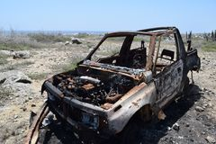 La jeep demolita ha trovato nel deserto di Aruba fotografia stock