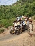 La jeep porte des villageois au marché hebdomadaire Image libre de droits