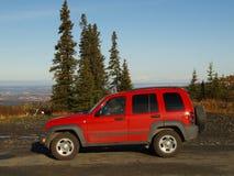 La jeep rouge à Anchorage donnent sur Image libre de droits