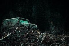 La jeep s'est écrasée dans un magma et a pris un pulvérisateur de la saleté Outre du camion de sport de route entre le paysage de photos stock