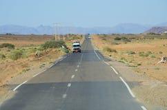 La jeep voyage sur le désert Photographie stock libre de droits