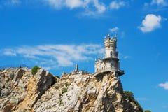 La jerarquía del trago bien conocido del castillo cerca de Yalta Gaspra crimea Árbol en campo Fotos de archivo