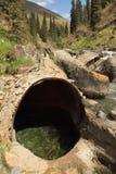 La jerarquía las aguas termales del radón del trago en el río de Arashan cerca de la ciudad de Karakol, Kirguistán Fotografía de archivo