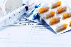 La jeringuilla con los frascos y las píldoras de cristal de las medicaciones droga Imágenes de archivo libres de regalías