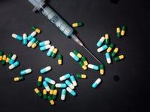 la jeringuilla, la aguja y la cápsula drogan, tenencia ilícita de drogas Imagen de archivo libre de regalías
