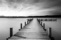 La jetée au lac Starnberger voient, l'Allemagne, noire et blanche Images libres de droits