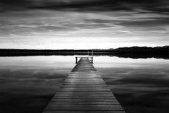 La jetée au lac Starnberger voient, l'Allemagne, noire et blanche Photos stock