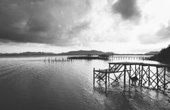 La jetée avec la mer et le ciel nuageux aménagent noir et blanc en parc Photo libre de droits